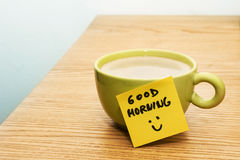 Tasse de café, bonjour de note de post-it et de smiley Photographie stock