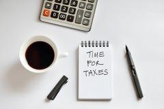 Tasse de café, carnet de notes à spirale, calculatrice, et stylo sur le backgr blanc Images libres de droits