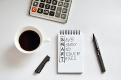 Tasse de café, carnet de notes à spirale, calculatrice, et stylo sur le backgr blanc Photos libres de droits