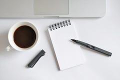 Tasse de café, carnet de notes à spirale, clavier d'ordinateur, et stylo sur le blanc Photographie stock libre de droits