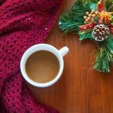 Tasse de café chaud avec la décoration de Noël Photo stock