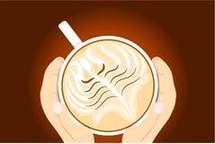 Tasse de café chaud avec les deux mains la tenant Photographie stock libre de droits