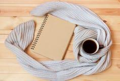 Tasse de café chaud, de carnet vide et d'écharpe sur le fond en bois photo libre de droits