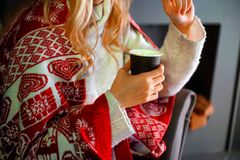 Tasse de café chaud chauffant dans les mains d'une fille Photographie stock