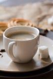 Tasse de café chaud d'expresso, et de biscuit Photographie stock