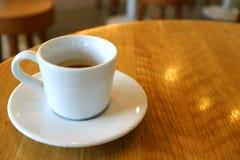 Tasse de café chaud d'expresso servi sur une table ronde en bois, avec l'espace libre pour la conception Photographie stock