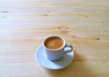 Tasse de café chaud servie sur un Tableau en bois dans la lumière de matin, avec l'espace libre pour le texte Images libres de droits