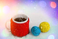 tasse de café chaud sur la neige Sentiment de confort et d'humeur de vacances Fond de conte de fées de Noël et de nouvelle année Photographie stock