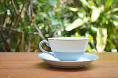 Tasse de café chaud sur la table Photo stock