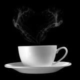 Tasse de café chaude avec de la fumée de forme de coeur sur Backgro noir Photographie stock