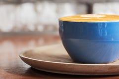 Tasse de café chaude avec le courant de la vapeur contre le Ba blanc de mur de briques photographie stock libre de droits