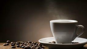 Tasse de café chaude cuite à la vapeur banque de vidéos