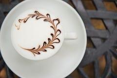 Tasse de café chaude de plan rapproché sur la table Photo libre de droits