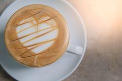 Tasse de café chaude de plan rapproché sur la table Photographie stock