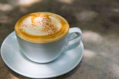 Tasse de café chaude de plan rapproché sur la table Image stock