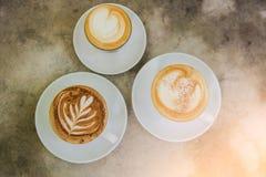 Tasse de café chaude de plan rapproché sur la table Images stock