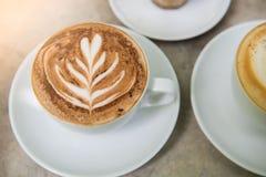 Tasse de café chaude de plan rapproché sur la table Image libre de droits