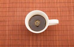 Tasse de café chaude et humide Photos stock