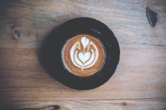 Tasse de café chaude sur la table photo libre de droits