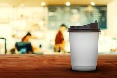 tasse de café chaude sur la table en bois en café photo libre de droits
