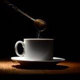 Tasse de café chaude sur un fond noir photos libres de droits