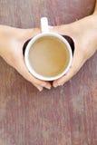 Tasse de café chez la main de la femme Photographie stock