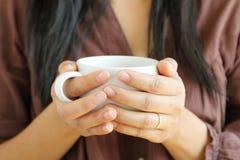 Tasse de café chez la main de la femme Photos stock
