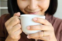 Tasse de café chez la main de la femme Photo libre de droits