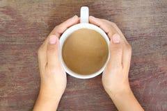 Tasse de café chez la main de la femme Photo stock