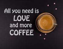Tasse de café de ci-dessus avec de petits coeurs autour sur le fond noir, prps photographie stock