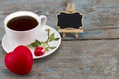 Tasse de café, coeur et rose de rouge avec le tableau noir avec l'espace vide Photographie stock