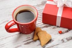 Tasse de café, cokies de coeurs et boîte-cadeau rouges Images stock