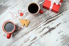 Tasse de café, cokies de coeurs et boîte-cadeau rouges Photos stock