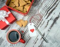 Tasse de café, cokies de coeurs et boîte-cadeau rouges Photos libres de droits