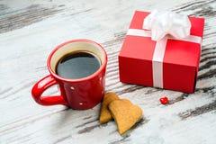 Tasse de café, cokies de coeurs et boîte-cadeau rouges Image libre de droits