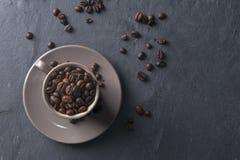 Tasse de café complètement de grains de café Images libres de droits
