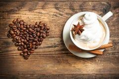 Tasse de café délicieuse à un arrière-plan rustique. Photo libre de droits