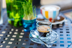 Tasse de café d'Americano sur la table en café Photo stock