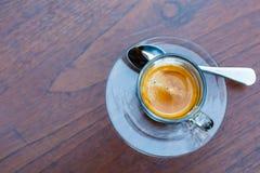 Tasse de café d'Americano sur la table en café Image stock