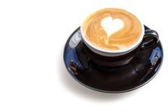 Tasse de café d'art de latte de forme de coeur sur le fond blanc Image libre de droits