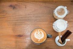 Tasse de café d'art de latte avec le pot de sucre sur la table en bois pendant le temps de pause-café à l'arrière-plan de café image stock