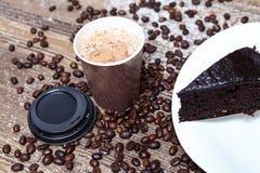 Tasse de café d'expresso avec le gâteau de 'brownie' de chocolat Images libres de droits