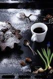 Tasse de café d'expresso avec le gâteau de 'brownie' sur un plateau de cuisson Photo libre de droits