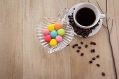 Tasse de café d'expresso avec les macarons français colorés Image stock