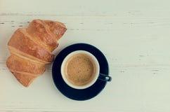 Tasse de café d'expresso et de croissant cuit au four frais Photos libres de droits