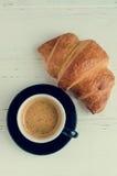 Tasse de café d'expresso et de croissant cuit au four frais Images libres de droits