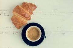 Tasse de café d'expresso et de croissant cuit au four frais Photo stock