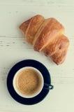 Tasse de café d'expresso et de croissant cuit au four frais Photographie stock libre de droits