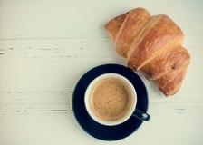 Tasse de café d'expresso et de croissant cuit au four frais Images stock