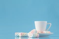 Tasse de café d'expresso et de guimauve américaine tordue sur le bleu photos libres de droits